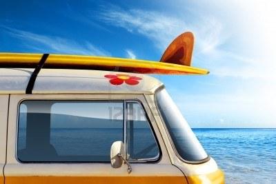 4098494-dettaglio-di-un-furgone-d-39-epoca-in-spiaggia-con-una-tavola-da-surf-sul-tetto
