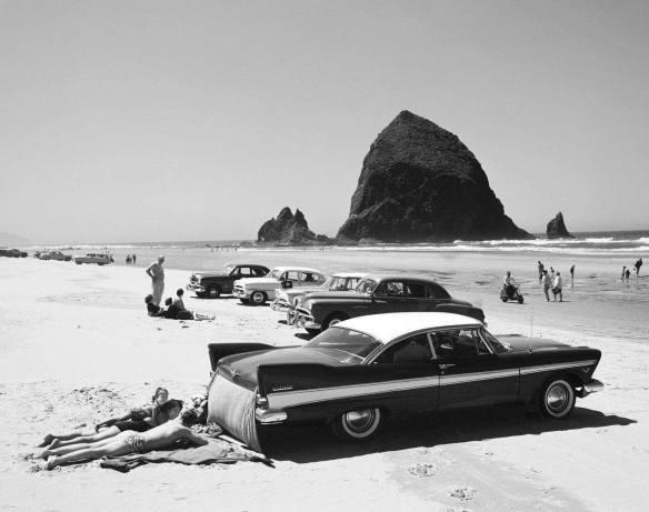 In spiaggia in auto d'epoca